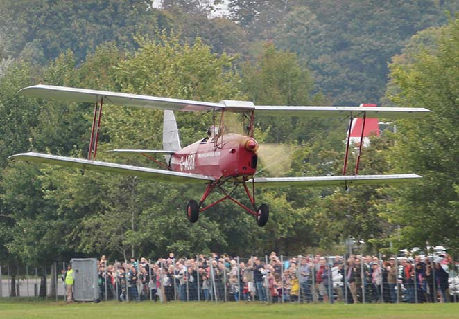 Aviation Day 2017 news tiger moth landing.jpg