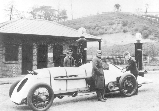 PARRY THOMAS AND BABS OUTSIDE SHELL PETROL PEGODA 1926.jpg